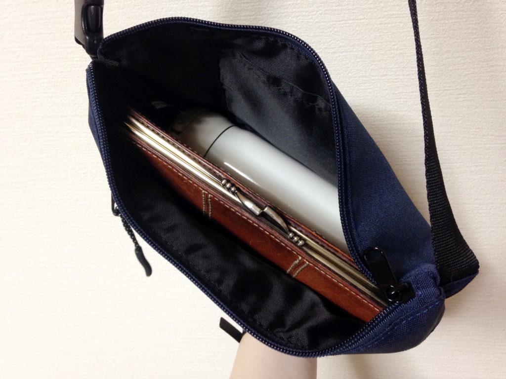 サコッシュに長財布とサーモス500mlを入れてみたところ