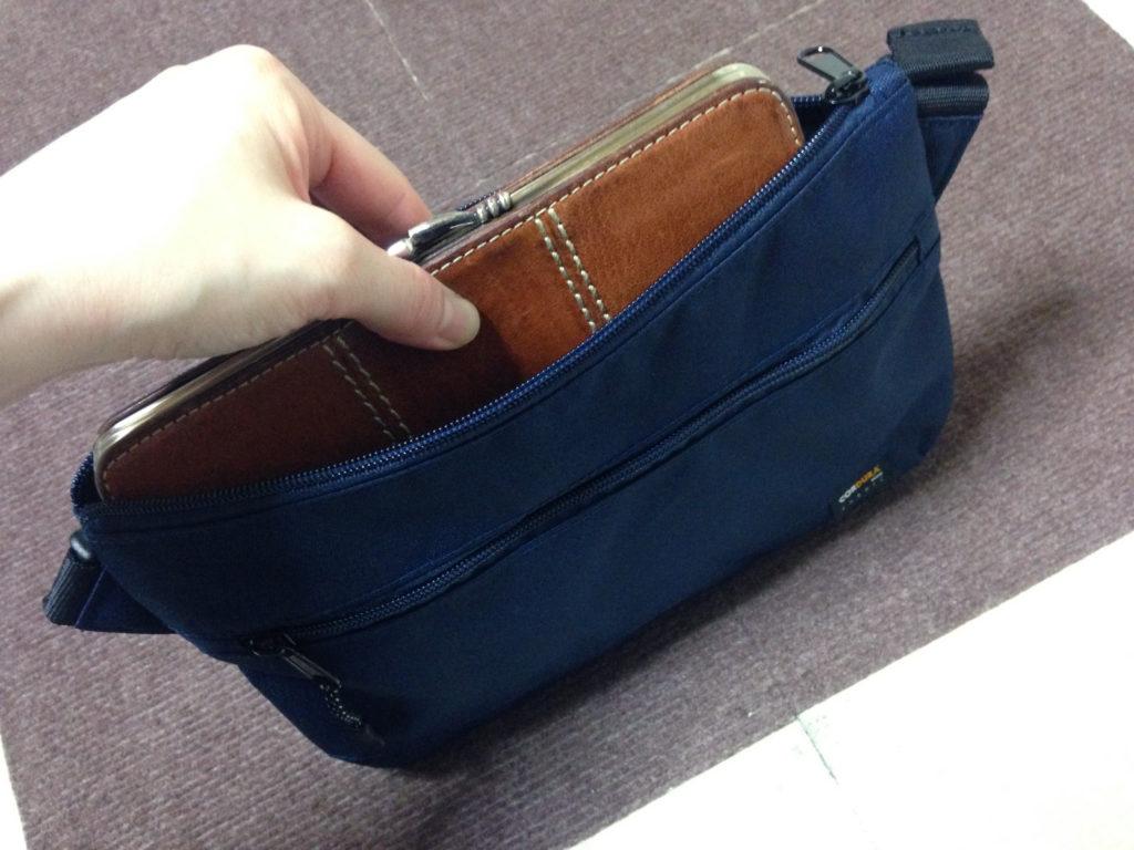 サコッシュに長財布を入れてみたところ