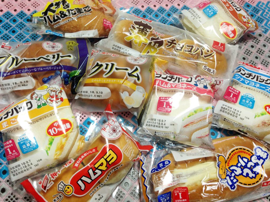 大量の菓子パン